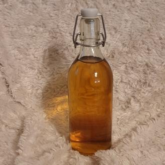 Le chouchen est une boisson alcoolisée traditionnelle de Bretagne. Il est obtenu par fermentation du miel avec du jus de pomme. Le chouchen se boit nature, frais, le plus souvent en apéritif, parfois en digestif. Il est aussi fréquemment utilisé pour élaborer des cocktails et peut même accompagner certains plats.